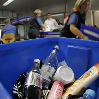 Thùng đựng các chai lọ mà các hành khách buộc phải vất bỏ tại sân  bay Frankfurt (Đức). Ảnh: dantri.