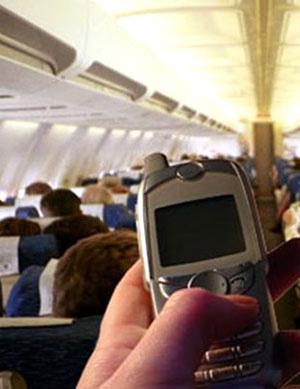 Nghe điện thoại trên máy bay sẽ bị phạt. Ảnh sohoa