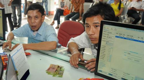 Khách mua vé tàu tết tại ga Sài Gòn sau khi đã có phiếu đặt chỗ mua vé thành công trên mạng.