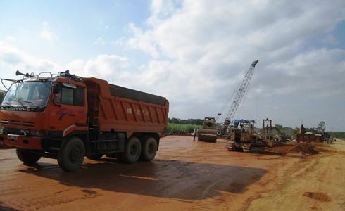Cầu nối vào sân bay Sao Vàng đang được các nhà thầu đẩy nhanh tiến độ thi công.