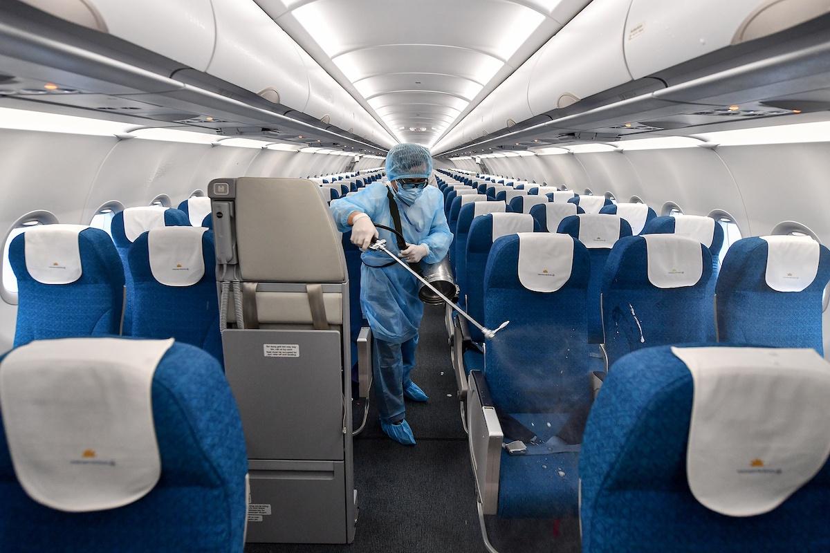 Phun khử khuẩn tàu bay Vietnam Airlines. Ảnh: VNA.